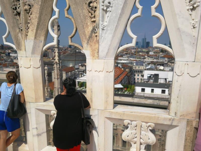 Folket ser över Milano i Italien royaltyfria foton