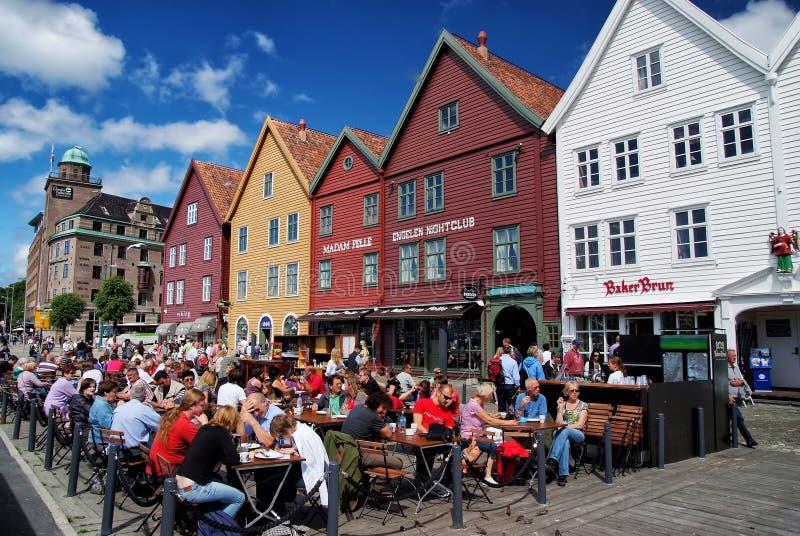 Folket sitter i gatakafé i Bergen, Norge fotografering för bildbyråer