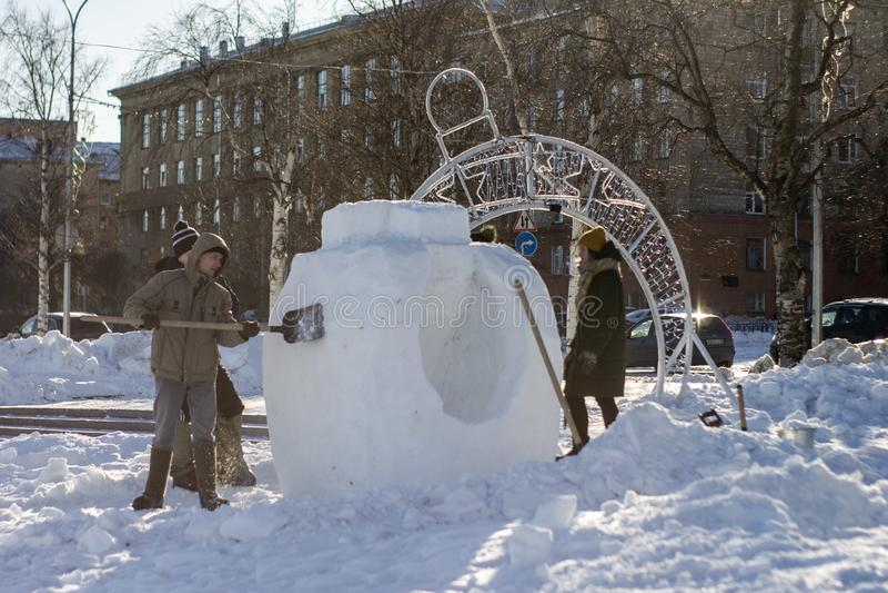 Folket skapar snöskulpturer royaltyfria foton