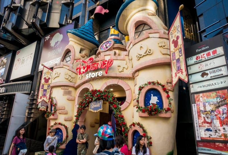 Folket skriver in Disney diversehandel i Shibuya royaltyfria bilder