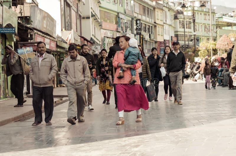 Folket som att ta går på jul, semestrar i den upptagna MG Marg gatan fotografering för bildbyråer
