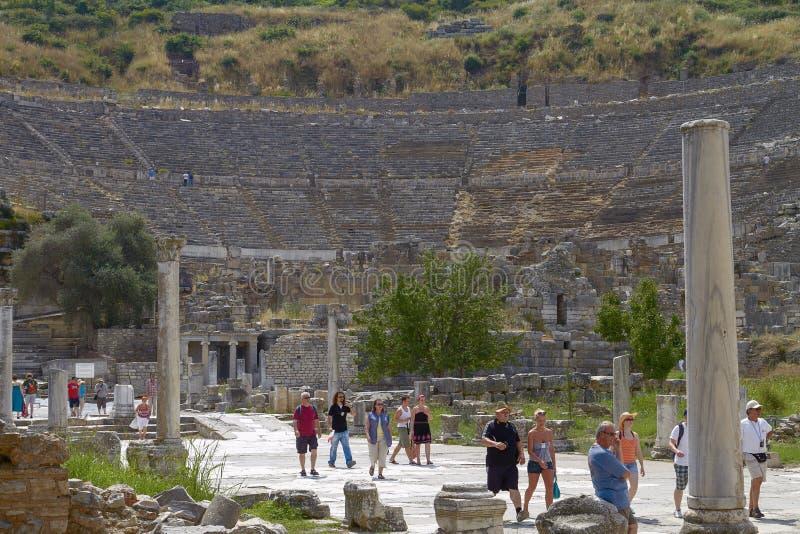 Folket som besöker och tycker om som är forntida, fördärvar i Ephesus Turkiet arkivbild