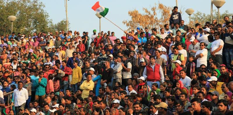 Folket som firar på gränsen, kommer på efterkälken fälla ned ceremoni royaltyfria foton