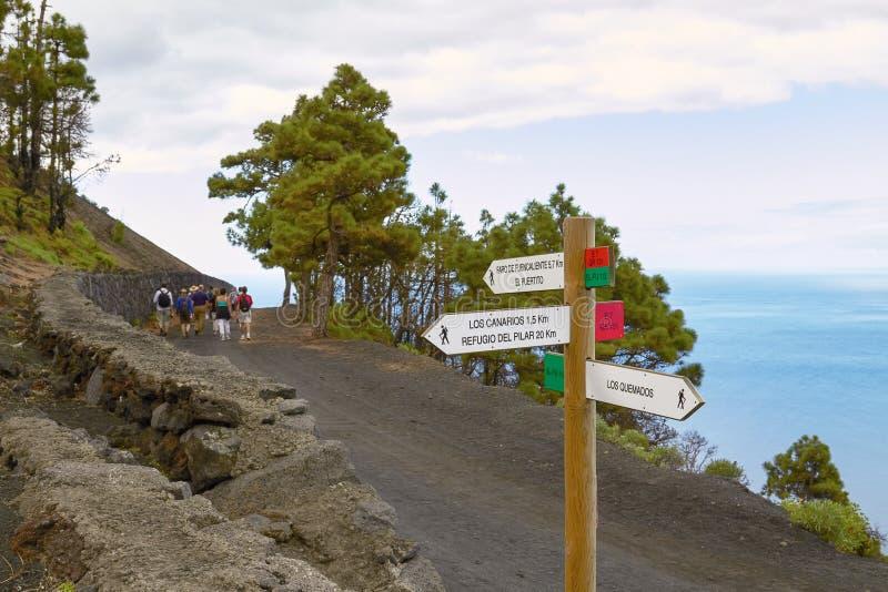 Folket som fotvandrar och tar som är vulkanisk, turnerar på Las Palmas på kanariefågeln I arkivfoto