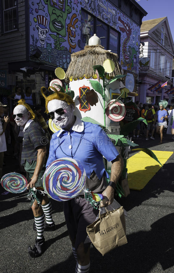 Folket som går i den 37th årliga Provincetown karnevalet, ståtar i Provincetown, Massachusetts arkivfoton