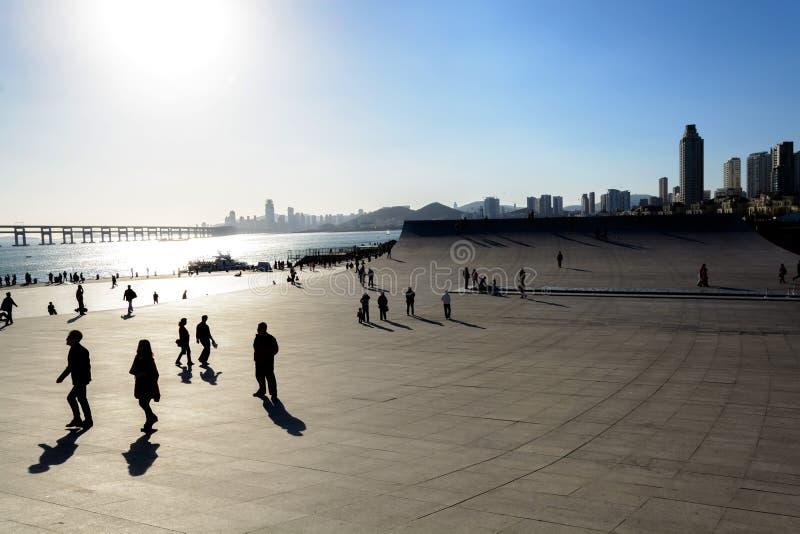 Folket som går på Xinghai, skäller, gränsmärket i den Dalian staden royaltyfria bilder