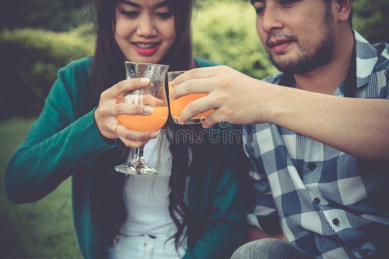 Folket som håller fast vid och att rosta dricker tillsammans hänga ut med partn arkivfoton