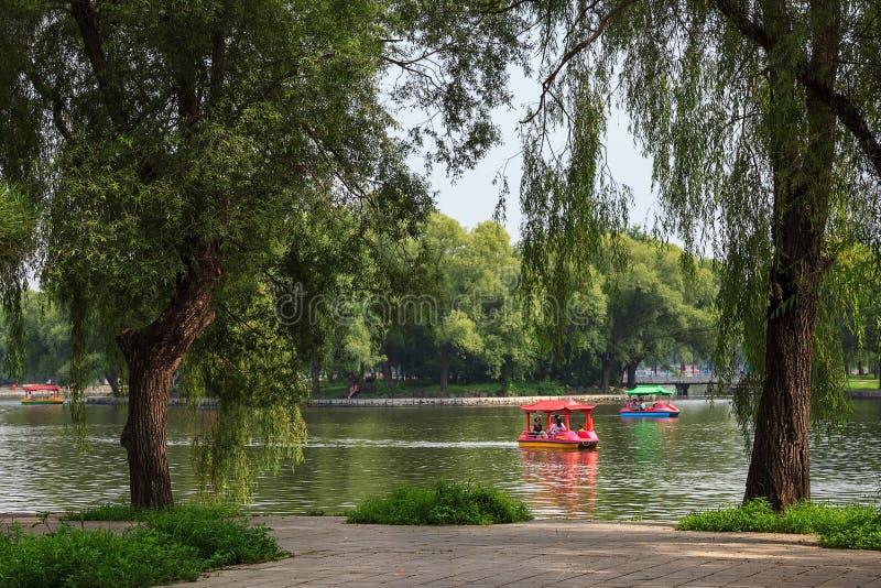 Folket som har en bra tid på fartyg i Beiling, parkerar, Shenyang, fotografering för bildbyråer