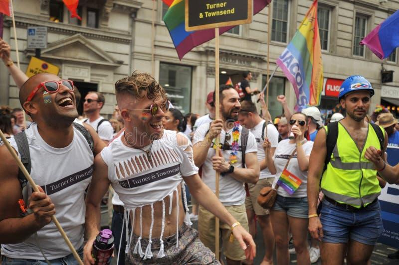 Folket som marscherar på London på stoltheten, ståtar i London, England 2019 arkivfoton