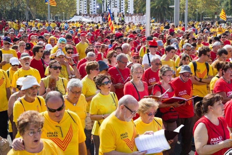 Folket som sjunger på, samlar fordrande självständighet för Catalonia arkivfoton