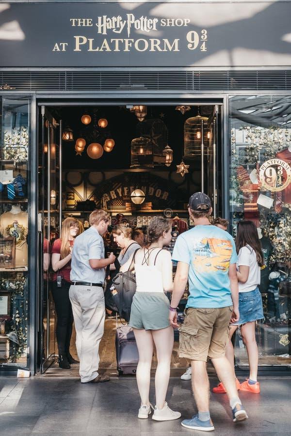 Folket som skriver in Harry Potter, shoppar vid 9 3/4 station för kors för ` s för plattforminsidakonung, London, UK arkivbild