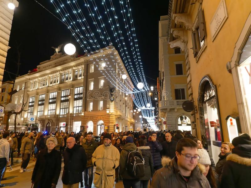 Folket som strosar via del Corso julxmas, semestrar Rome royaltyfri foto