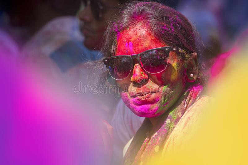 Folket som täckas i färgrikt pulver, färgar att fira Holi den hinduiska festivalen i Dhakah i Bangladesh royaltyfria bilder