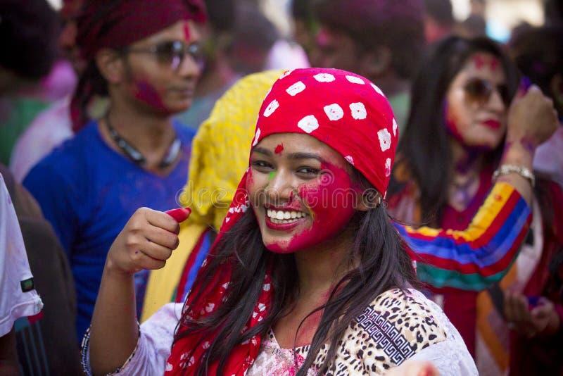 Folket som täckas i färgrikt pulver, färgar att fira Holi den hinduiska festivalen i Dhakah i Bangladesh royaltyfri bild