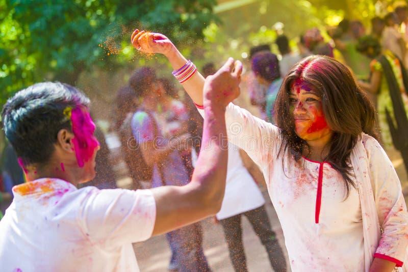 Folket som täckas i färgrikt pulver, färgar att fira Holi den hinduiska festivalen i Dhakah i Bangladesh royaltyfri fotografi