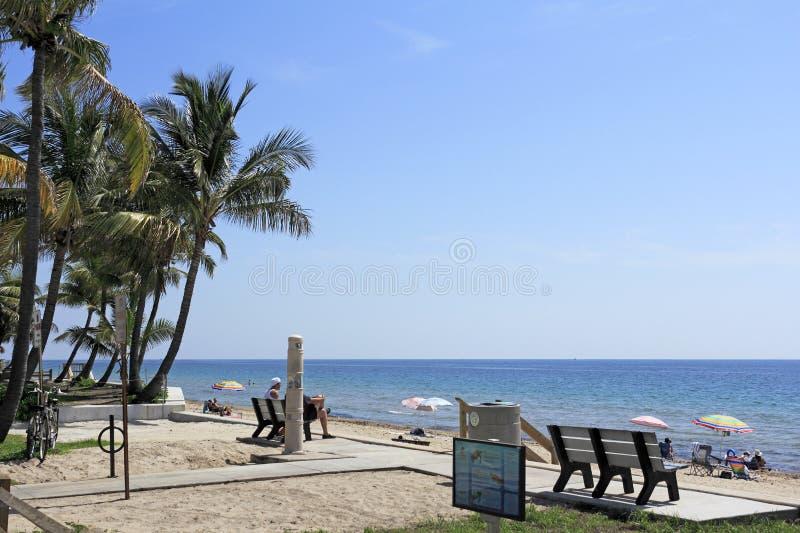 Folket som tycker om den Lauderdale stranden, parkerar arkivbild
