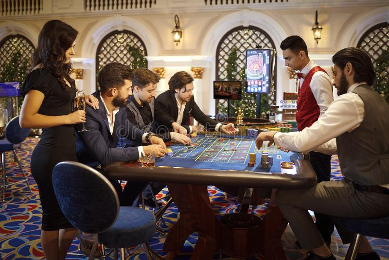 Folket spelar att spela på kasinot royaltyfri fotografi