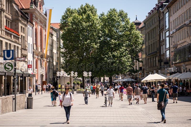 Folket strosar i Neuhauser Strasse i Munich, Tyskland royaltyfri bild