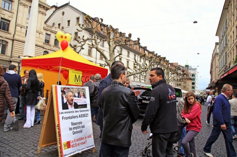 Folket talar omkring klokt i Genève, Schweiz. royaltyfri fotografi