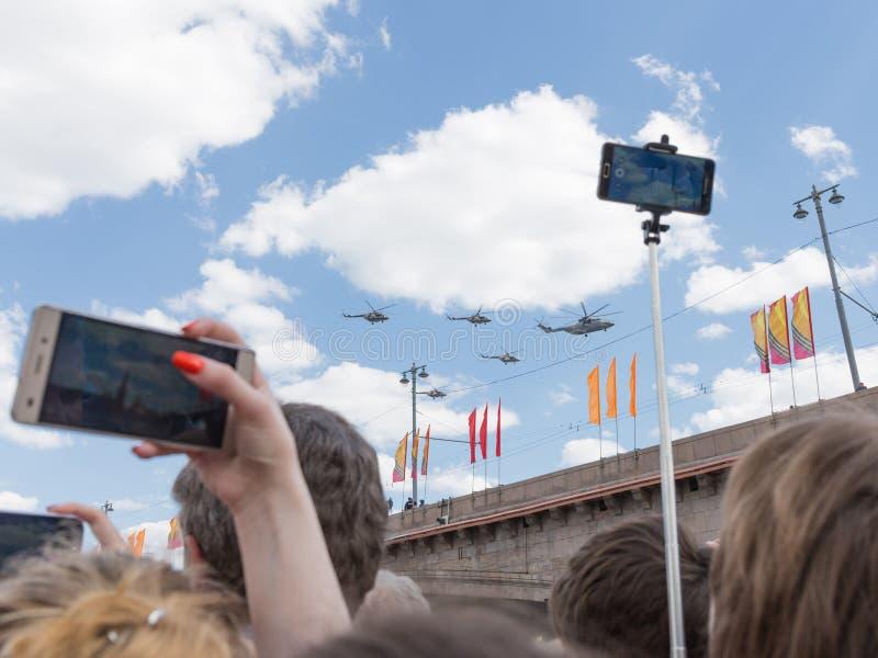 Folket tar bilder av helikoptrarna royaltyfria bilder