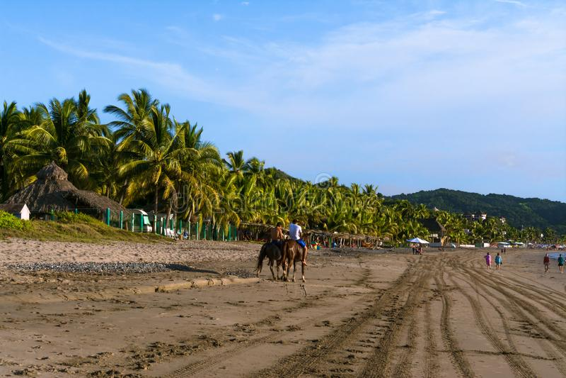 Folket tycker om den Boquita stranden i Manzanillo Colima arkivbilder