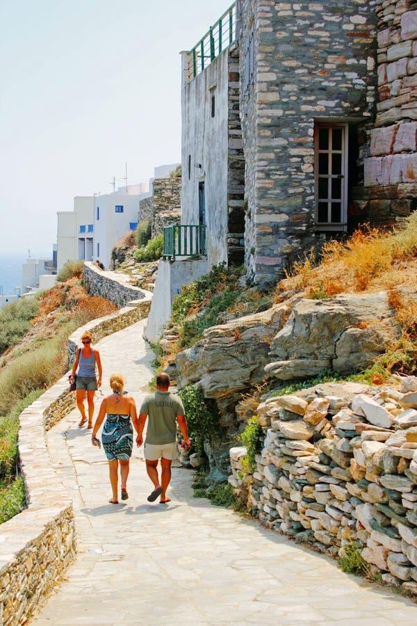 Folket tycker om en solig dag i Kastro den traditionella byn, Sifnos royaltyfria foton