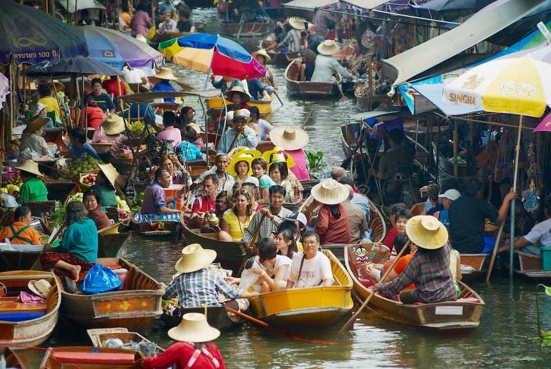 Folket tycker om fartyget turnerar på den sväva marknaden i Damnoen Saduak, Thailand arkivfoto