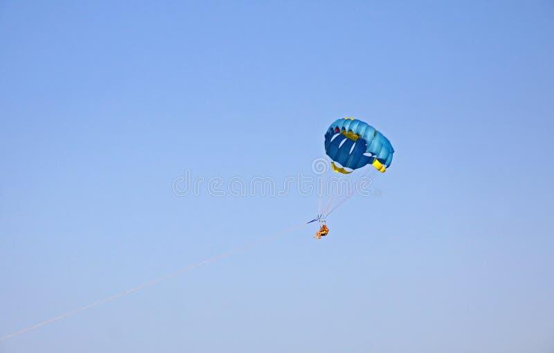 Folket tycker om paragliding i himlen arkivbilder