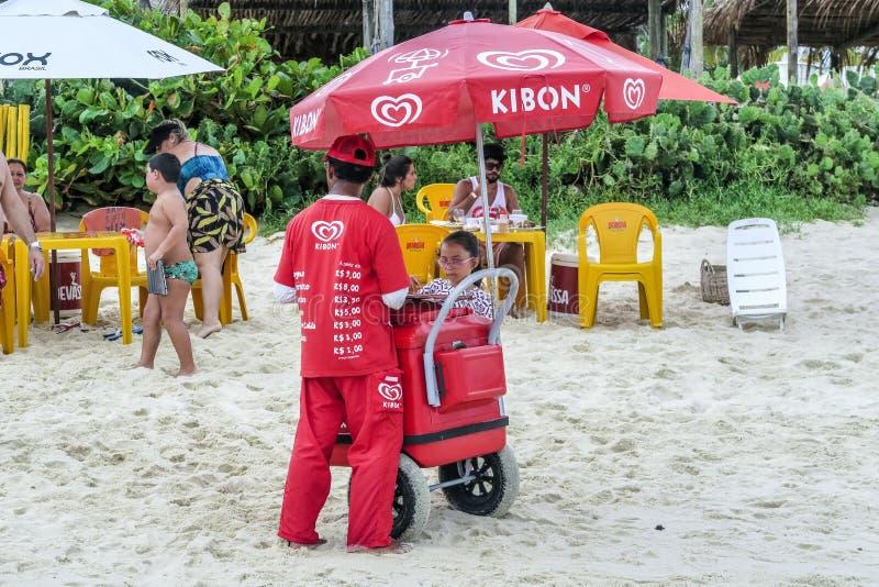Folket tycker om snabbmatet på den frances stranden i Maceio royaltyfri foto