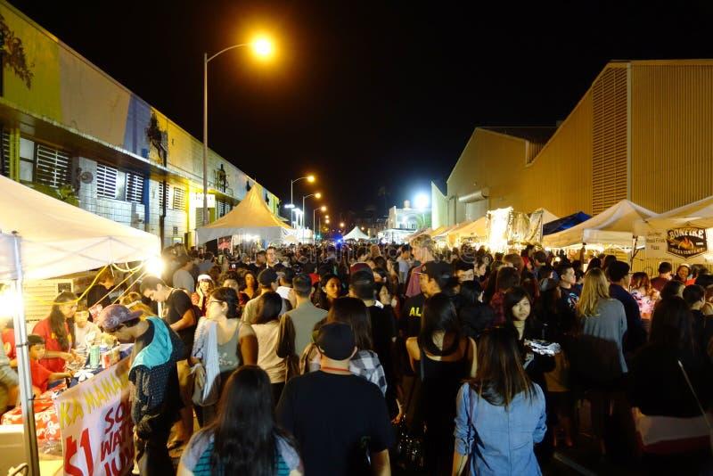 Folket undersöker matbåset på gatan på den årliga powen överraskar Festiv royaltyfria foton