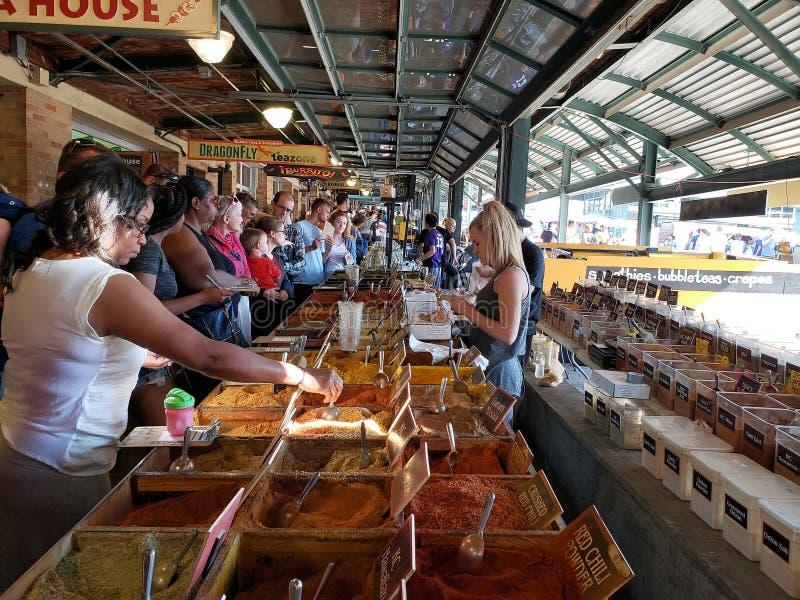 Folket väljer smaktillsats på bondemarknaden Kansas Missouri royaltyfri fotografi