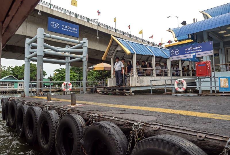 Folket väntar i linje för att stiga ombord fartyget på Phraen Pin Klao Bridge på Chao Phraya River i Bangkok Thailand arkivbild