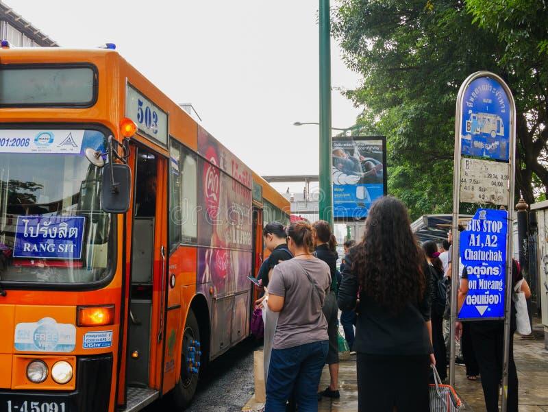 Folket väntar och får i bussen på området av chatuchak parkerar royaltyfria foton