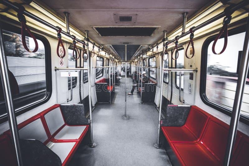Folket valde kollektivtrafik över körning av en bil i en stad arkivbilder