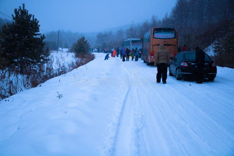 Folket var fördröjer vid häftiga snöstormen på vägen arkivbild