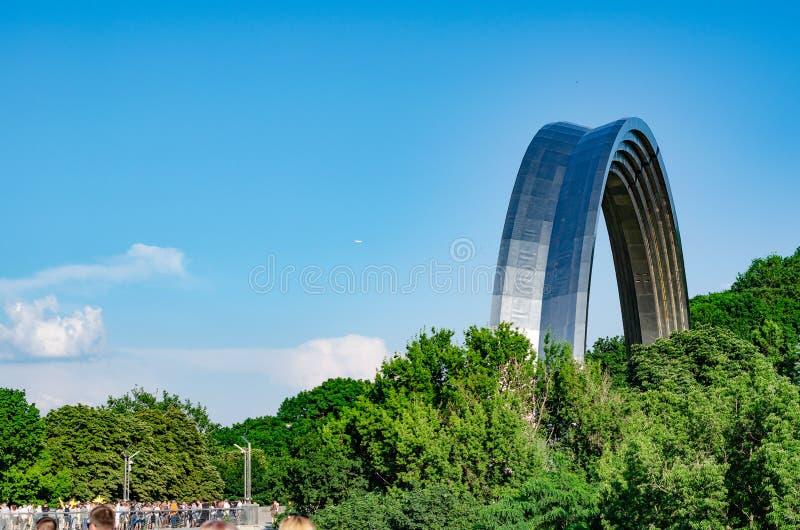 Folkets kamratskapbågen i Kyiv, Ukraina Sommartid royaltyfria bilder