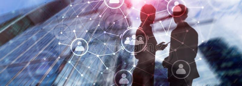 Folkförhållande och organisationsstruktur samla ihop kommunikationsbegreppskonversationer som har medelfolksamkväm Affärs- och ko royaltyfria bilder