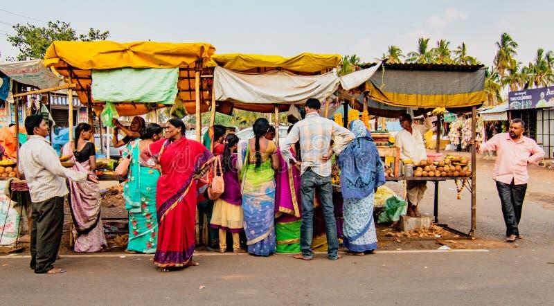 Folkfolkmassan runt om mat stannar i liten vägrenmarknad för royaltyfria bilder