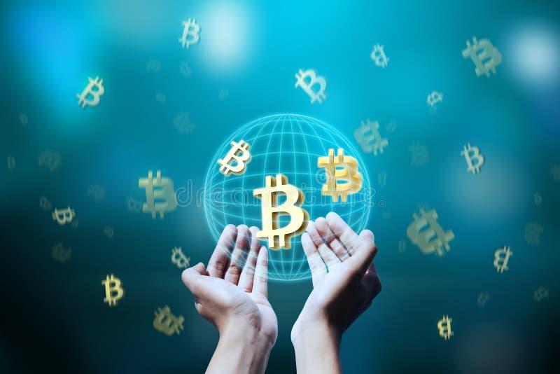 Folkhand som rymmer bitcoin för faktiskt system arkivbilder