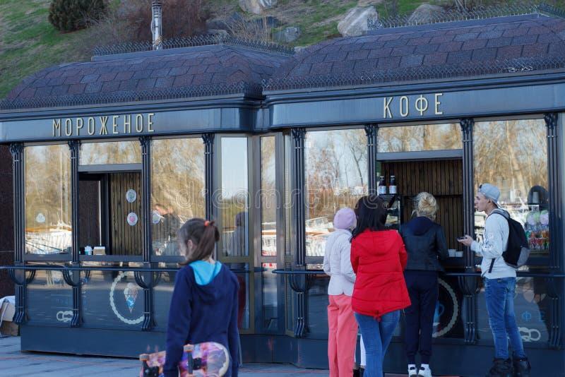 Folkköpkaffe på kiosket arkivbild