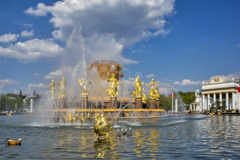 Folkkamratskapspringbrunnen i VDNKh parkerar i Moskva F?rbluffa solig sikt av den sovjetiska arkitekturen, gr?nsm?rke av Moskva royaltyfri bild