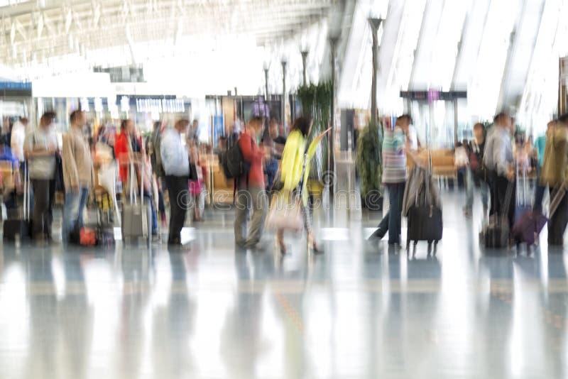 Folkkonturer i rörelsesuddighet, flygplatsinre arkivfoto