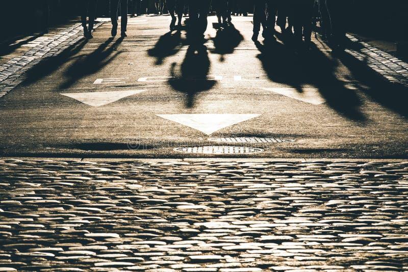 Folkkonturer och skuggor på gatan royaltyfri foto