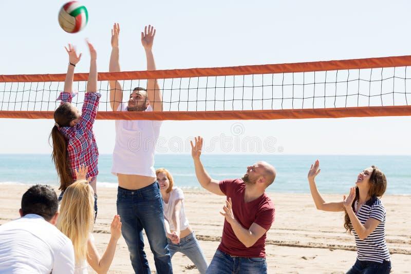 Folklekvolleyboll på stranden arkivbild