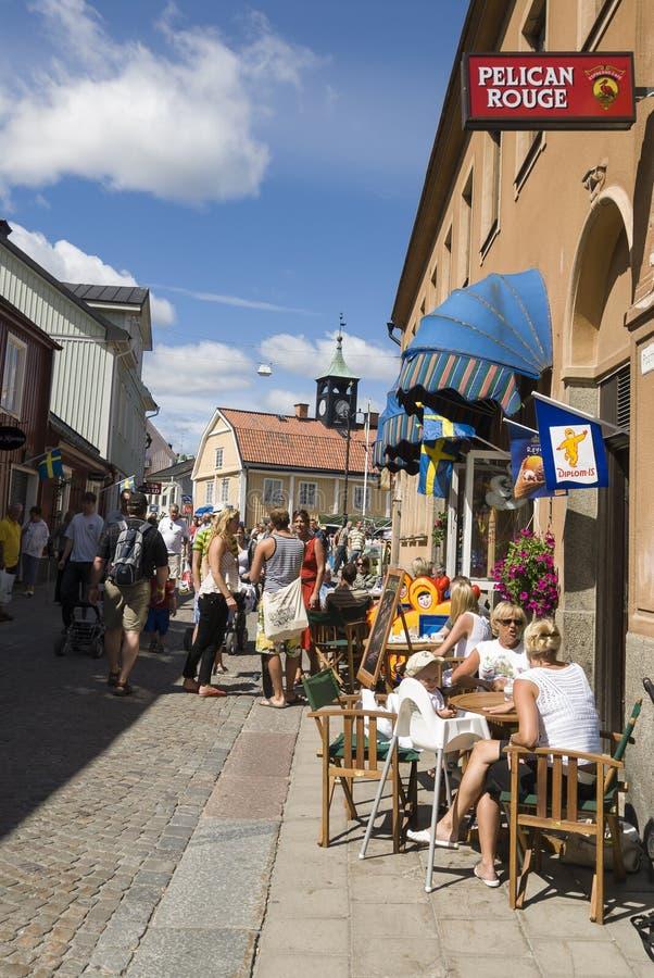 Folkliten stadgata Norrtalje Sverige royaltyfri foto