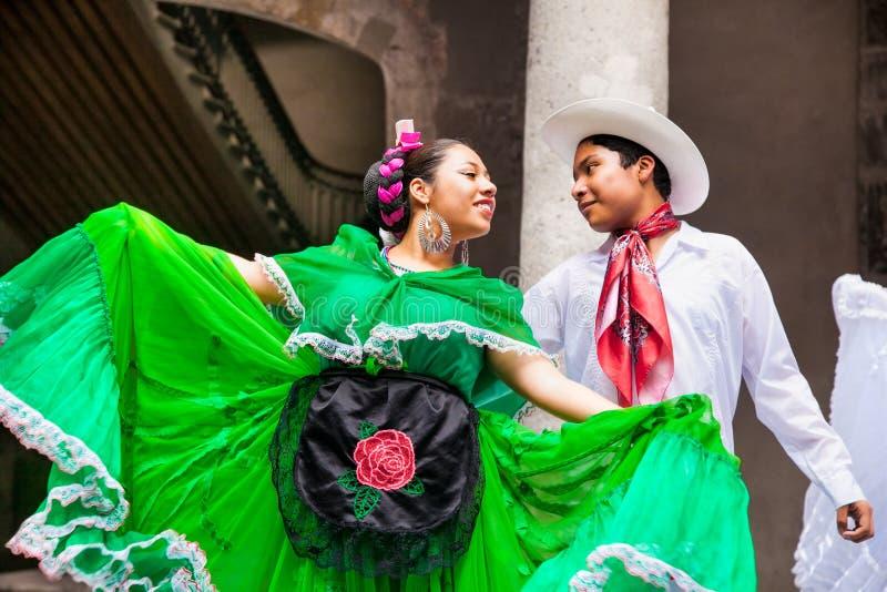 Folklorique mexicain exécute au centre culturel Zacatecas, Mexique photos stock