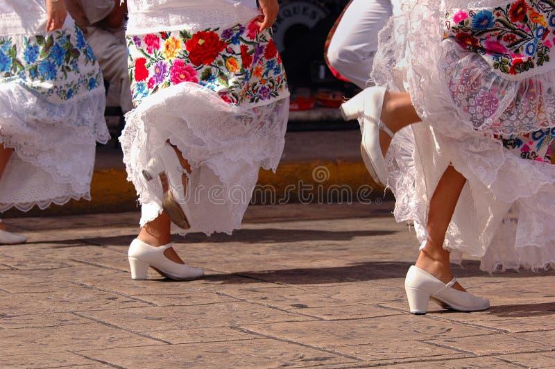 Folklorische Tänzer in Mexiko lizenzfreie stockfotografie