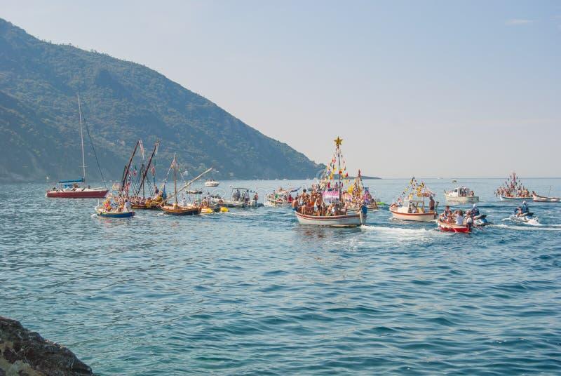 Folkloristische Christelijke optocht van boten tijdens dankzegging a royalty-vrije stock afbeeldingen