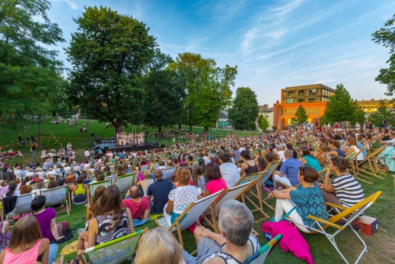 Folkmassa av åskådare på konserten utomhus- Poznan-Polen