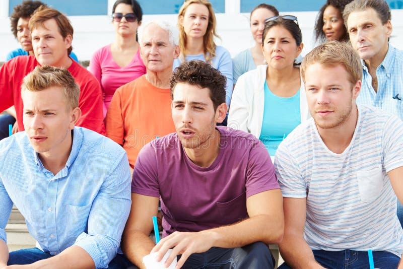 Folkmassa av åskådare som håller ögonen på händelse för utomhus- sportar royaltyfri foto